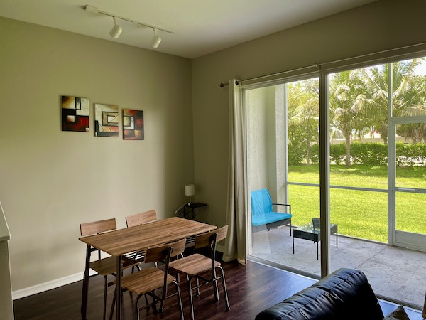 Dining area and screened in patio of Ft Myers Airbnb