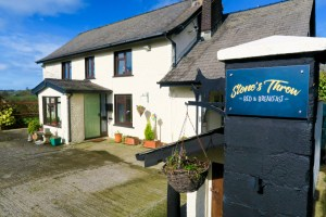 Stones Throw B&B, Llanfalltag, Wales