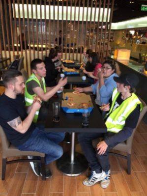 Manažeři nám všem objednali pizzu :).