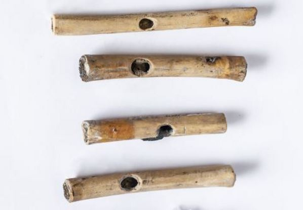 Eight offerings of flutes