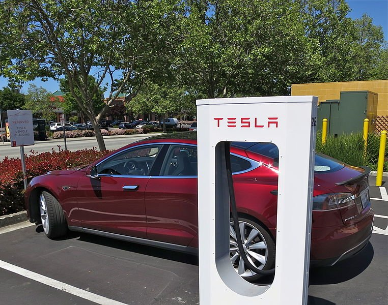 762px-Tesla_Supercharging_in_Gilroy