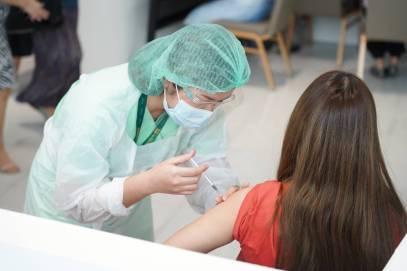 ประชาชน ได้รับบริการฉีดวัคซีนวันแรก ณ จุดบริการหน่วยวัคซีนโควิด-19 (6)