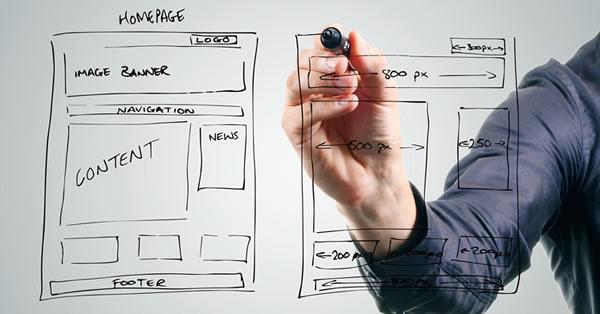 Você sabe o que é um wireframe? Nesta imagem, um homem desenha o esqueleto de um site.