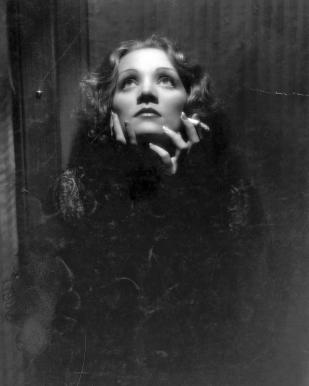 """Marlene Dietrich (1901-1992). Una nominación. La mejor definición de Marlene Dietrich la hizo el cineasta francés Jean Cocteau cuando se refería a la diva del cine por su nombre: """"Tu nombre empieza como una caricia y acaba como un latigazo"""". Poseía un acento marcadamente germánico, una mirada fría y grosera, una voz tan profunda que, su famoso """"Wie einst Lili Marleen"""" tan alemán, sonaba a declaración de guerra, pero una guerra al estilo de Marlene, puesto que ella misma decía que """"de la cabeza a los pies me hicieron para el amor""""; suerte para las mujeres."""