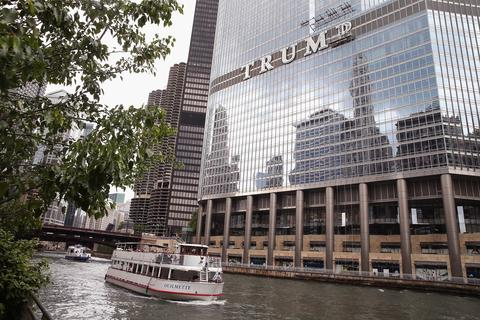 chi-photos-trump-hotel-tower-chicago-sign-2014-002