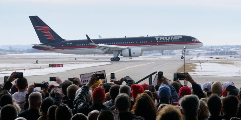 donald-trumps-plane-does-dramatic-flyby-as-air-force-one-theme-song-plays-at-campaign-rally