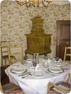 gedeckter Tisch und Kachelofen