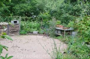 Arbeitsplatz: Pflanztisch und Kompost