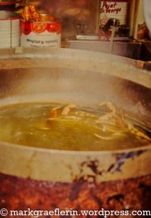Krebse, die in großen Töpfen gekocht werden
