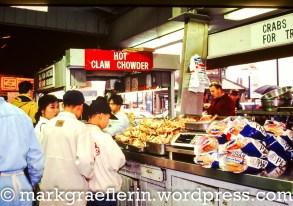 Schlange stehen für Clam Chowder - serviert in einer Schale aus sourdough bread