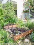 neu: Terrassenbeet mit Holzbrettern zur Hangsicherung