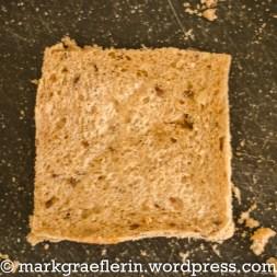 Den Rand der Toastscheibe abschneiden ...