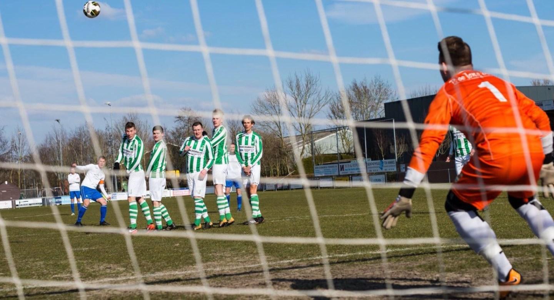 Voetbal: Soms zit het mee, soms heb je de wind tegen.