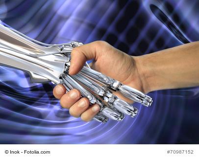 Bild mit Handreichung: Eine menschliche Hand schüttelt einen Roboterhand