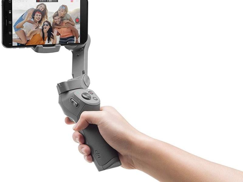 DJI Osmo Mobile 3 Combo Kit - 3-Achsen-Smartphonestabilisator kompatibel mit iPhone und Smartphone Android, leichtes und tragbares Design, stabile Aufnahme, intelligente Steuerung + Stativ