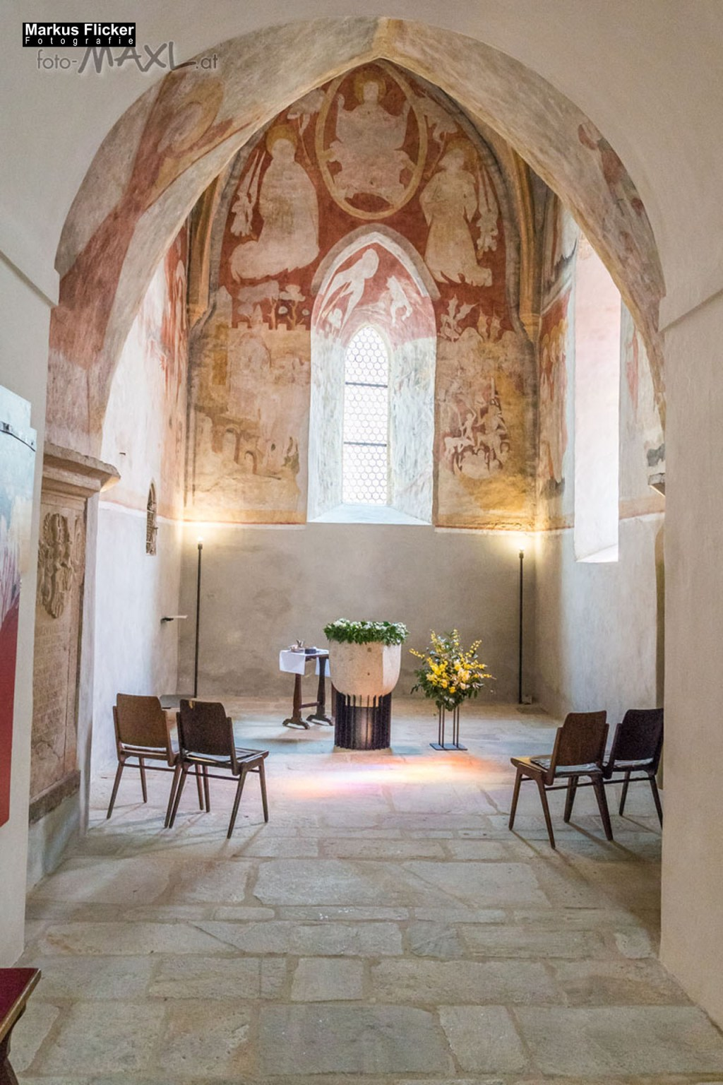 Pfarrkirche Anger mit Taufbecken