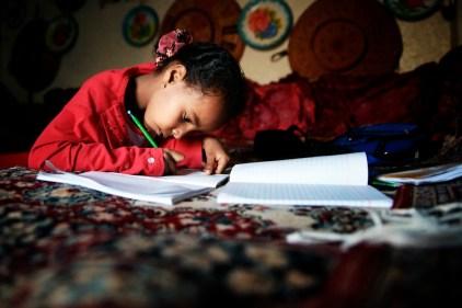 Ein Mädchen macht Hausaufgaben.