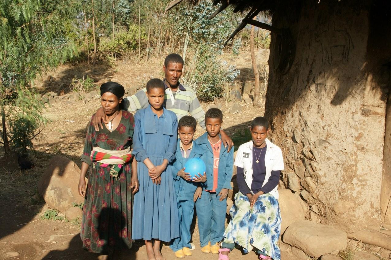 Tiruye mit ihrer Familie in Äthiopien. Foto: Alfred Brendler