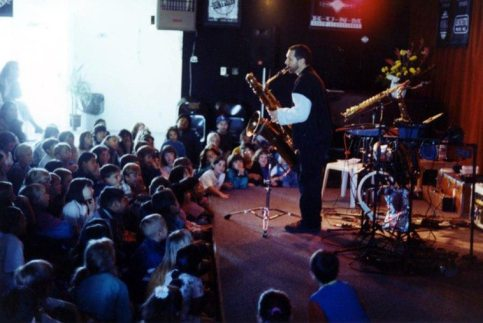 Tom Guralnick plays for Albuquerque school children -- April 8, 1997 -- photo by Mark Weber