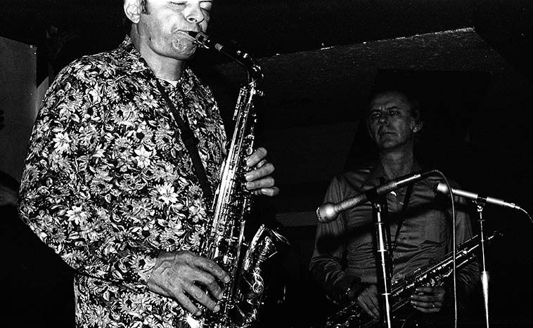 Art Pepper & Warne Marsh at Donte's -- January 26, 1977 in quintet formation with Monty Budwig, Nick Ceroli, Lou Levy -- photo by Mark Weber ---------- Laurie has just now released a Donte's meeting of Warne & Art in 1974, something she found in Jack Goodwin's collection I would guess, I can't wait to hear it . . . . It's Volume 9 of Unreleased Art (Widow's Choice)