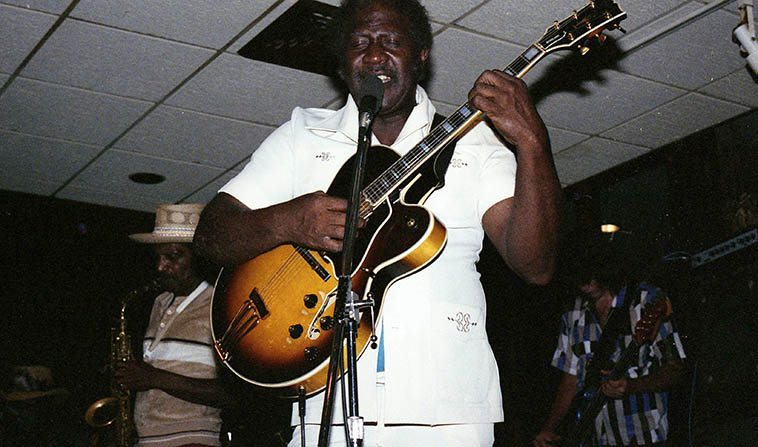 Somebody Loan Me A Dime! was his big hit (1967) and his name is Fenton Robinson, Chicago bluesman (raised in Mississippi) at a roadhouse in Ohio halfway between Cleveland and Akron on Interstate 77 at a joint called Barney Googles, where it crosses I-80 -- Photo by Mark Weber -- June 4, 1987 -- Fenton Robinson (1935-1997) a blue-blazing bluesman on a summer night