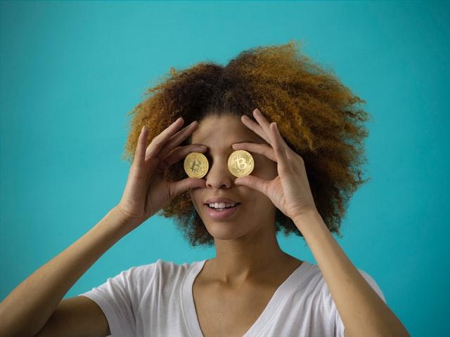 お金を目にする女性
