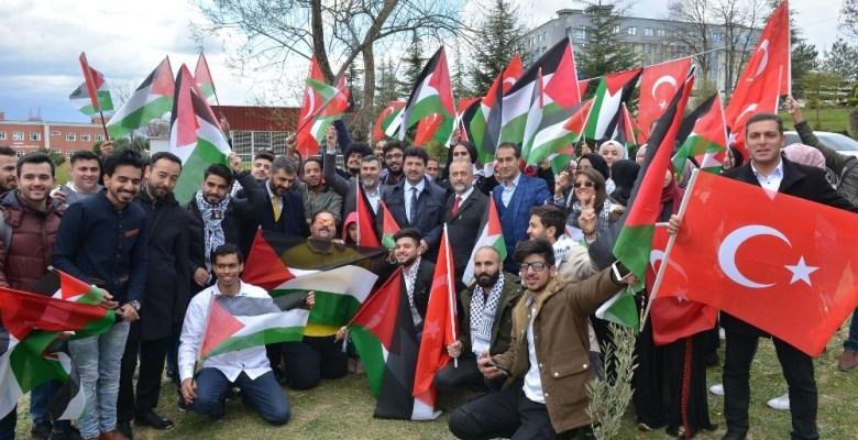 Filistinli öğrenciler SAÜ'de zeytin fidanı dikti