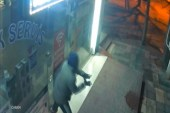 (Özel) Cam kapıyı tuzla buz edip bir dakikada dükkanı boşaltan hırsızlar kamerada