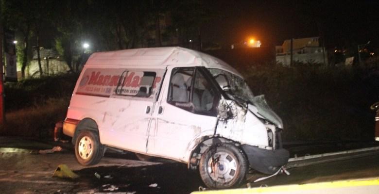 Halı sahadan dönen gençler minibüs ile kaza yaptı: 14 yaralı
