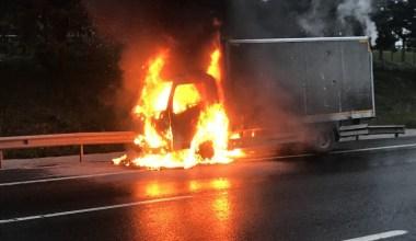 Esenler'de kamyonet alev alev yandı