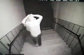 Ev sahibinin silahla hırsızları kovalaması kamerada