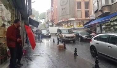 İstanbul'da etkili olan yağmur vatandaşlara zor anlar yaşattı