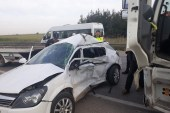 Kırmızı ışıkta geçen kamyon otomobili biçti:  1 ölü, 1 yaralı