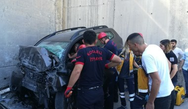 Köprü ayağına çarpan araçta sıkışan sürücüyü itfaiye kurtardı