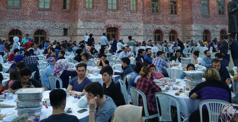 Zeytinburnu'nda gençler iftar programında buluştu
