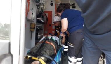 Beton bariyere çarpan otomobilin sürücüsünü itfaiye kurtardı