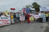 Burhaniye'de yazlıkçılar dere kirliliğine tepki için yol kapattı