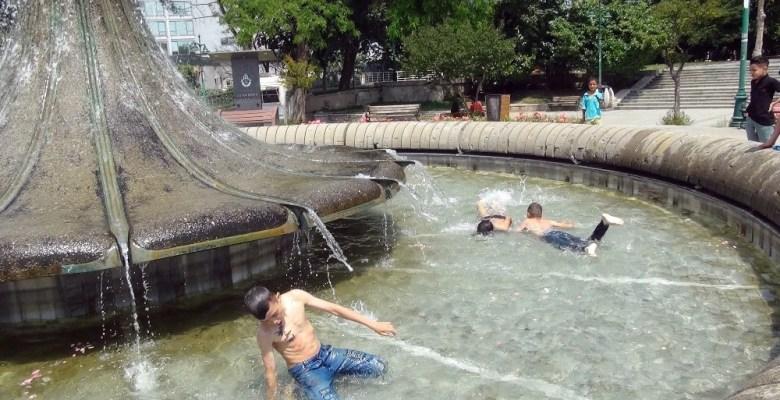 (Özel) Sıcaktan bunalan çocuklar süs havuzunda yüzerek serinledi