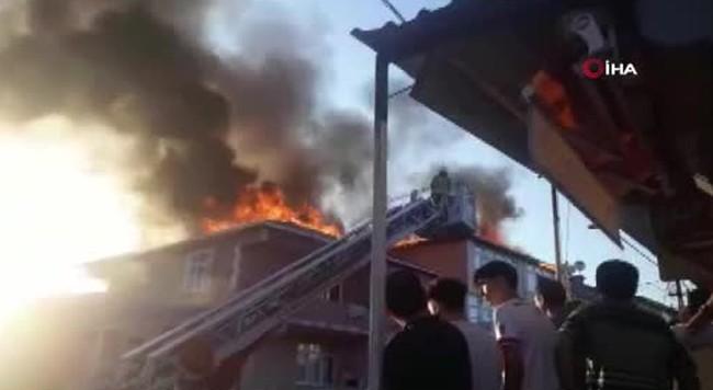 Sultanbeyli'de iki binanın çatısı alev alev yandı