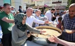 Başkan Bıyık, vatandaşlara aşure dağıttı
