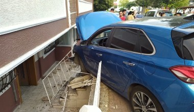 Doğalgaz kutusuna çarpan otomobil paniğe neden oldu
