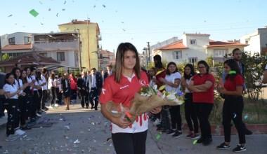 Dünya şampiyonu Habibe, okulunda coşku ile karşılandı