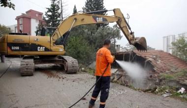 Kartal Belediyesi, metruk binaların yıkımına devam ediyor