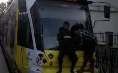 Tramvaya asılan çocukların tehlikeli yolculuğu yürekleri ağza getirdi