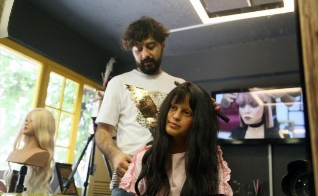 Kuaförüne bağışlanan saçlarla kanser hastalarına peruk yapıyor
