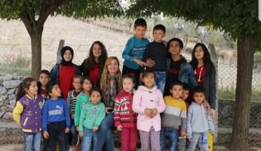 Liseliler kırtasiye malzemesi ve kıyafet alıp köy okulundaki öğrencilere gönderdi