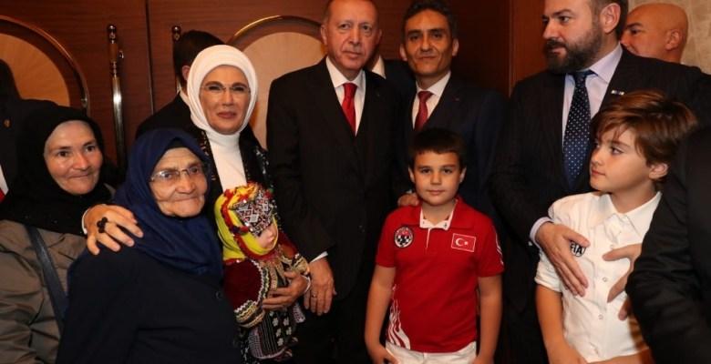 85 yaşında okuma yazma öğrenen Şahizar Teyze'yi cumhurbaşkanı misafir etti