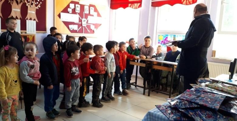 HEM Kursiyerlerinden köy okulu öğrencilerine karne hediyesi