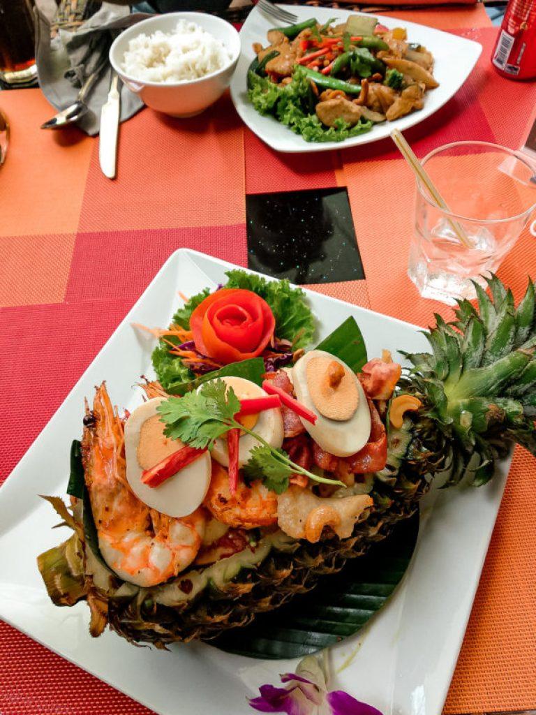 sałatka w ananasie