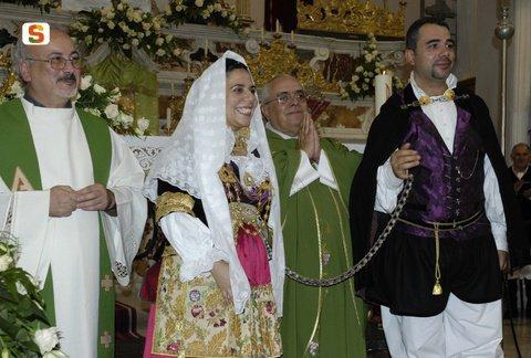 COUPLE DE MARIES AVEC LA CHAINE